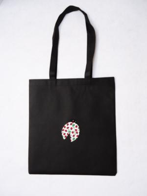 bolsa-tote-bag-en-negro-con-mariquita-miscomplementosfavoritos-1