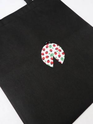 bolsa-tote-bag-en-negro-con-mariquita-miscomplementosfavoritos-2