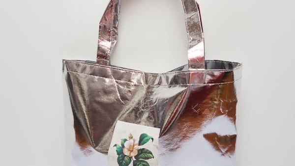 bolsa-grande-con-base-en-plateado-metalizado-con-decorado-floral-miscomplementosfavoritos-1