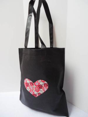bolsa-tote-bag-en-negro-con-corazon-de-estampados-rojos-miscomplementosfavoritos-2