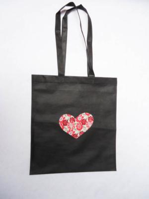 bolsa-tote-bag-en-negro-con-corazon-de-estampados-rojos-miscomplementosfavoritos-3
