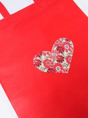 bolsa-tote-bag-en-rojo-con-corazon-de-estampado-floral-miscomplementosfavoritos-2 (2)